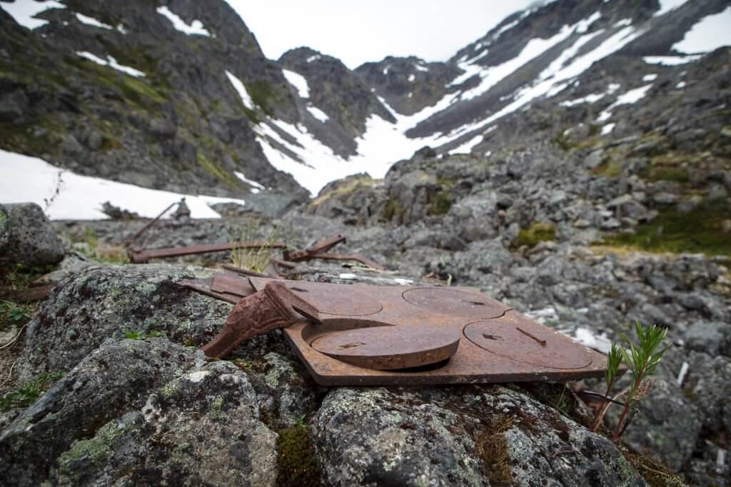 Rostenden Relikte, wie diese Herdplatten, zeugen noch heute von den menschlichen Dramen am Chilkoot Trail.
