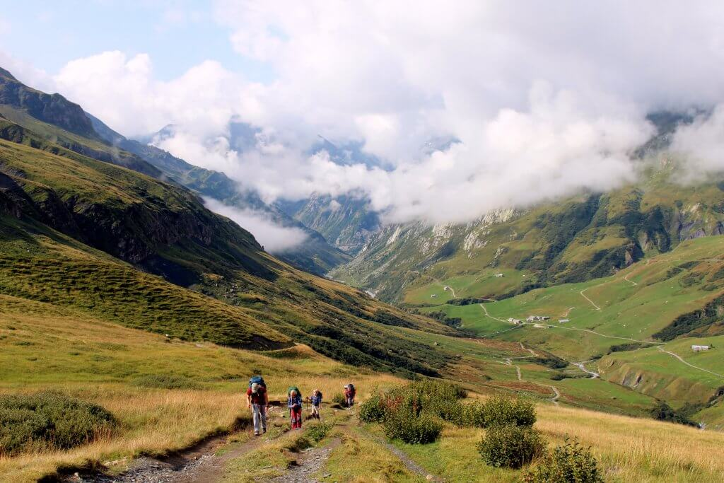 Frederik und seine Familie auf dem Weg zum Hotel Refuge des Mottets auf 1.864 Metern mit Weitsicht ins Tal.