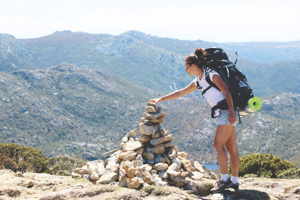 Auf dem Weg zum Cradle Mountain auf Tasmanien: Ania legt einen Stein auf ein sogenanntes Steinmännchen.