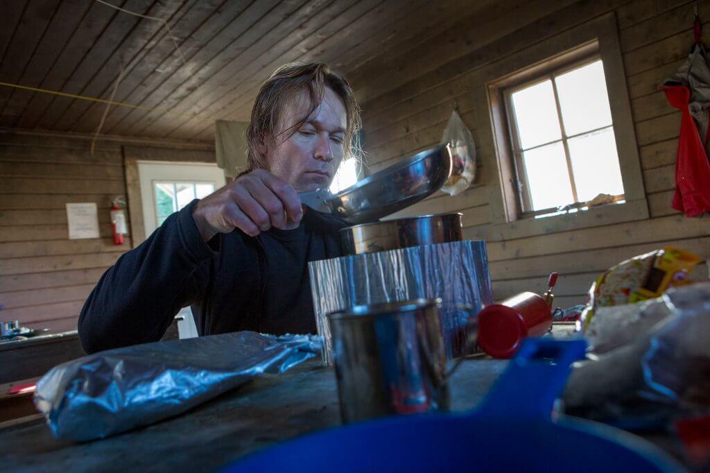 Mittagspause mit Vanillenachtisch für Dirk in einer Schutzhütte am Chilkoot Trail.