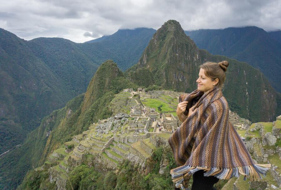 Melanie Schillinger blickt auf dei Ruinenstadt Machu Picchu in Peru.