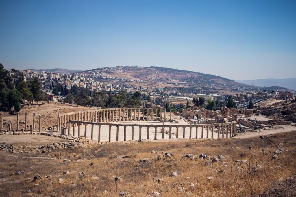 Blick von einem Hügel aus auf die 500 Säulen des Oval Plaza in Jerash, Jordanien.