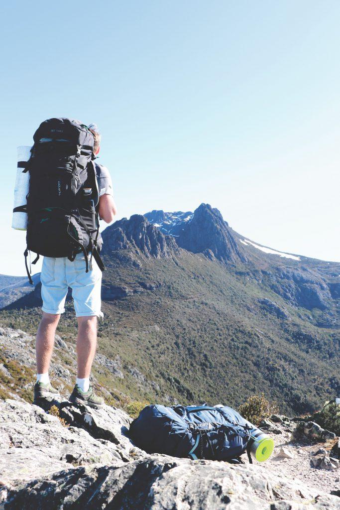 Daniel betrachtet die umliegenden Berge im Cradle-Mountain-Lake-St.-Clair-Nationalpark auf Tasmanien.