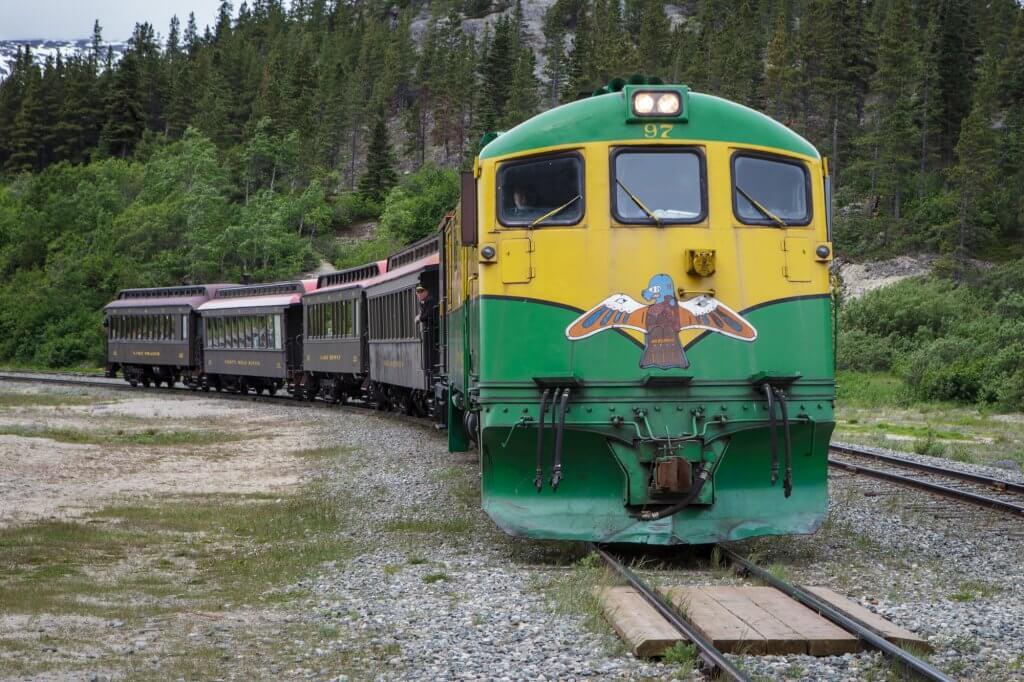 Eisenbahn, die über den White Pass fährt.