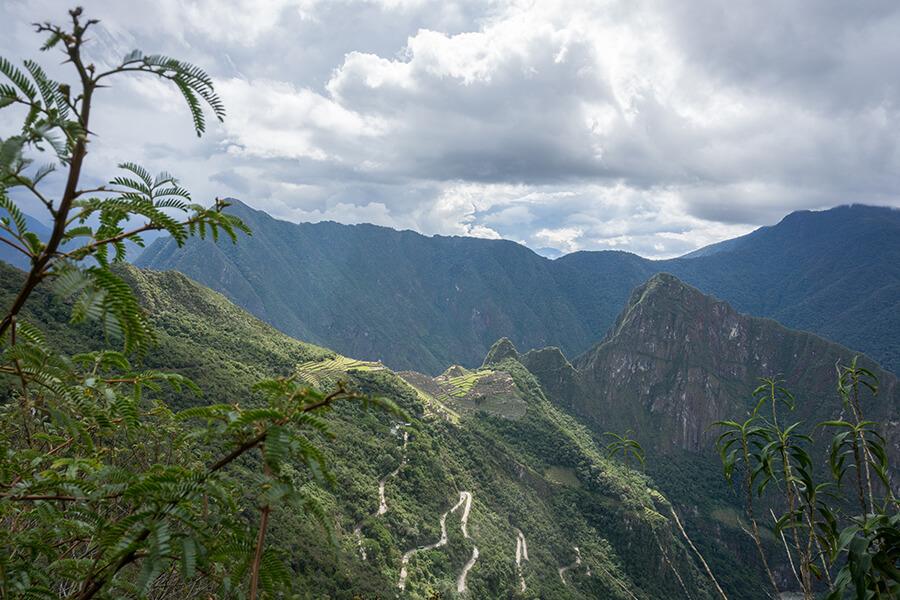 Blick von der Ferne auf die Ruinenstadt Machu Picchu in Peru.