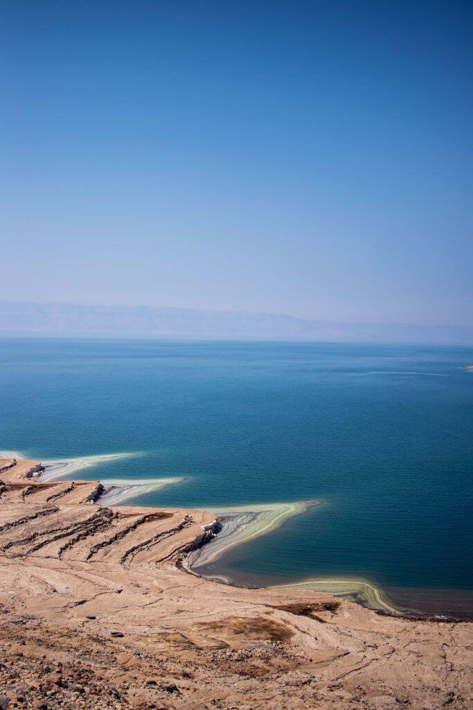 Blick von oben auf das Tote Meer in Jordanien.