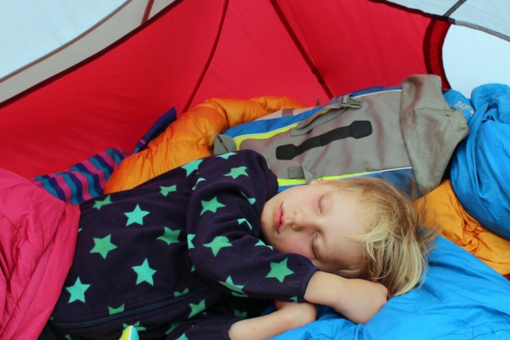 Frederik schlafend im Zelt.