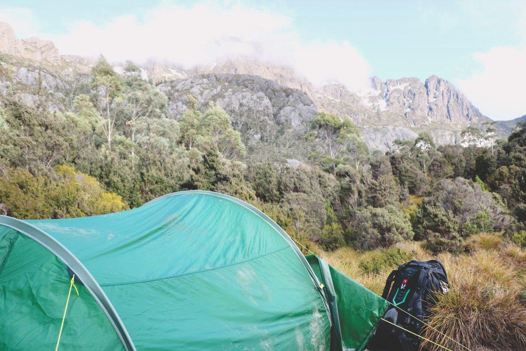 Ein aufgebautes Zelt dient als Schlafplatz im Cradle-Mountain-Lake-St.-Clair-Nationalpark auf Tasmanien.