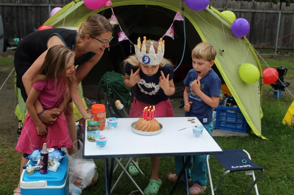 Karolina vor dem Zelt mit einem Geburtstagskuchen