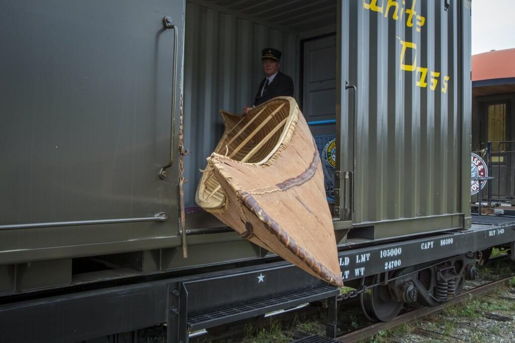 Die Eisenbahn bringt das ersehnte Kanu für die Weiterfahrt bis zu, Beringmeer.