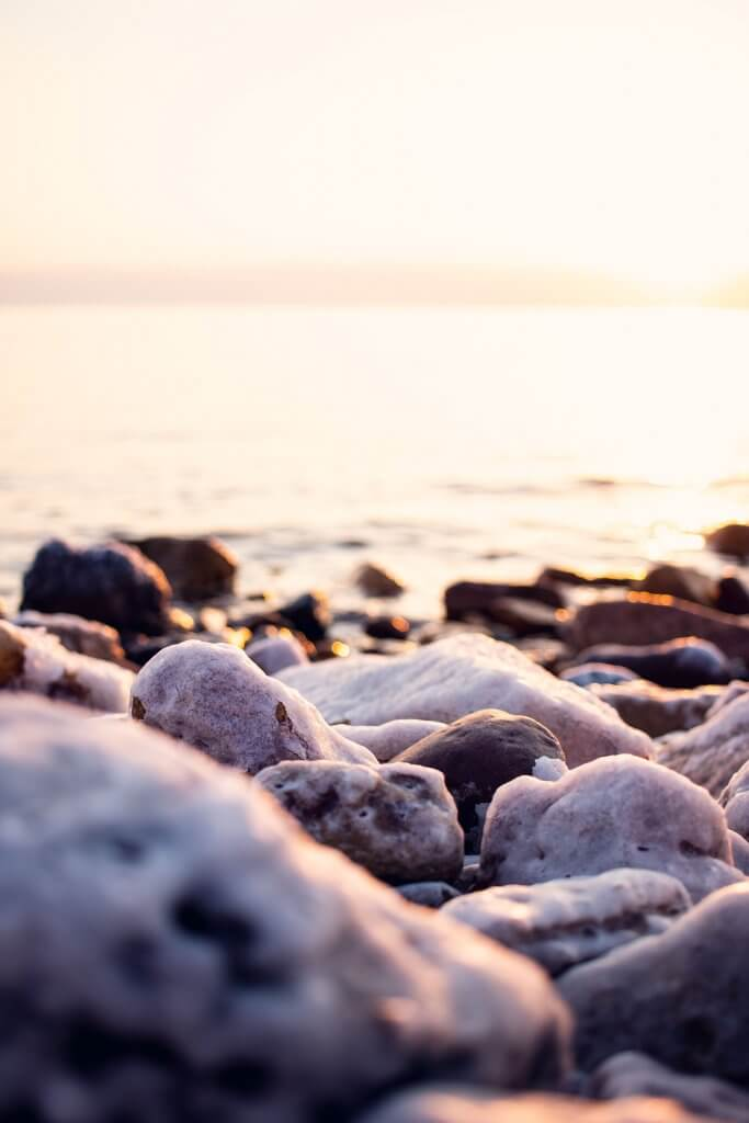 Steine mit dicker Salzkruste am Toten Meer in Jordanien.