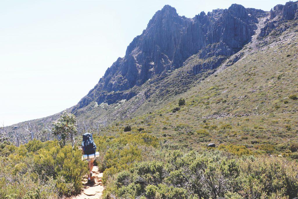 Ania läuft auf einem Track, der um den Cradle Mountain herum führt.