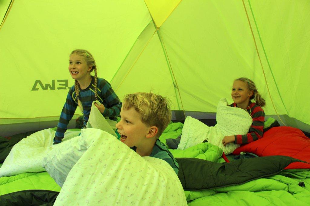 Frederik, Valentina und Karolina im Zelt.