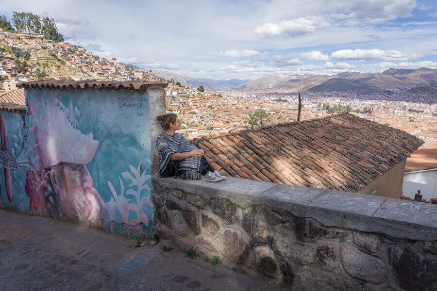 Melanie Schillinger blickt vom Hügel Cristo Blanco über die Dächer der Stadt Cusco in Peru.