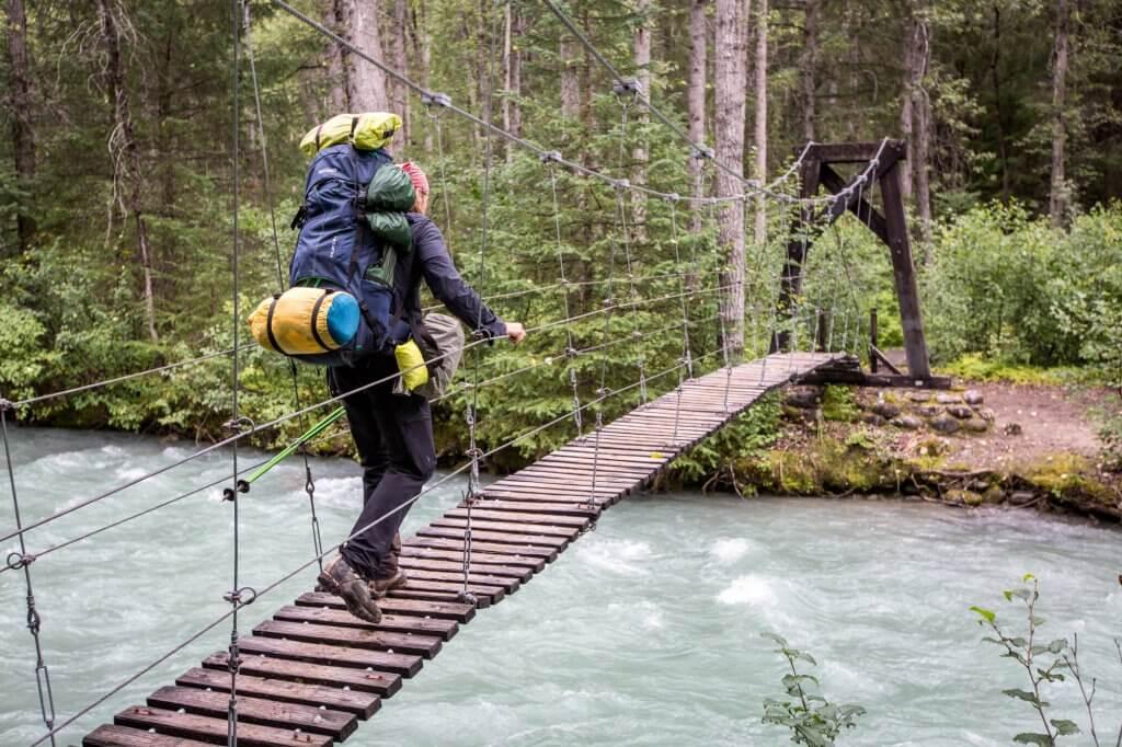 Dirk auf einer kleinen Hängebrücke entlang des Chilkoot Trail.