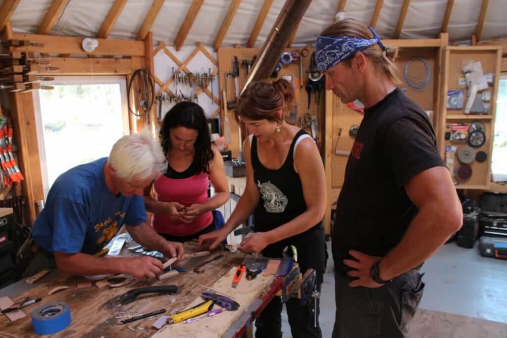Geduldig erklärt Andy uns jeden Arbeitsschritt in seiner Werkstattjurte.