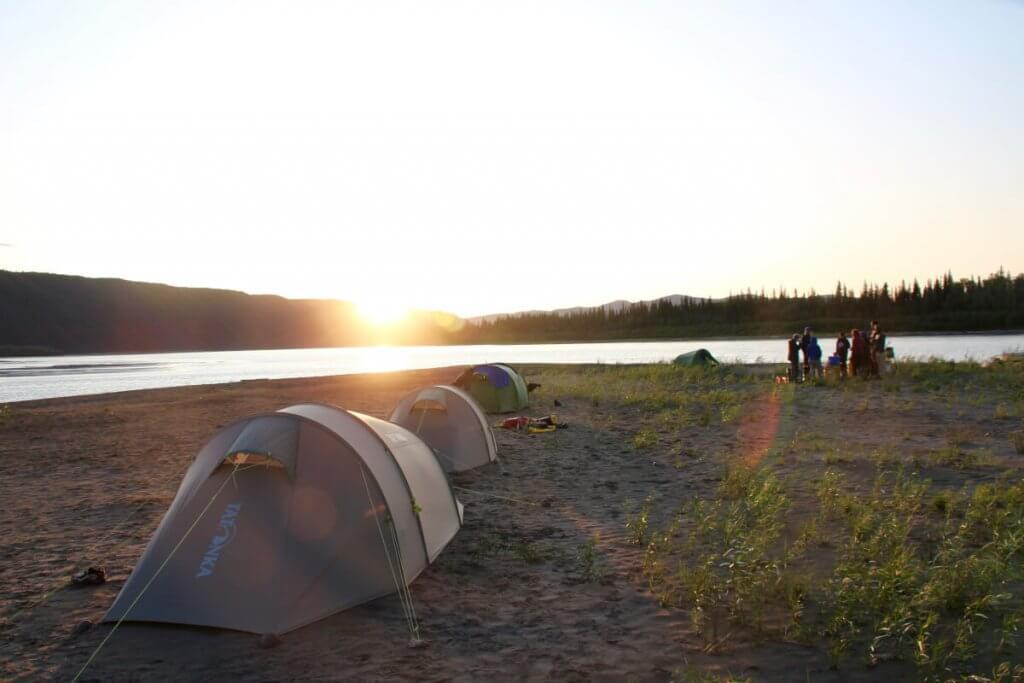 Tatonka-Zelte während des Sonnenuntergangs am Yukon River.
