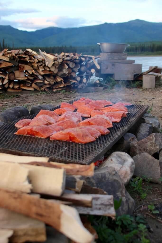 Abenteuerreise Alaska - Langsam gart der Lachs über dem Feuer.