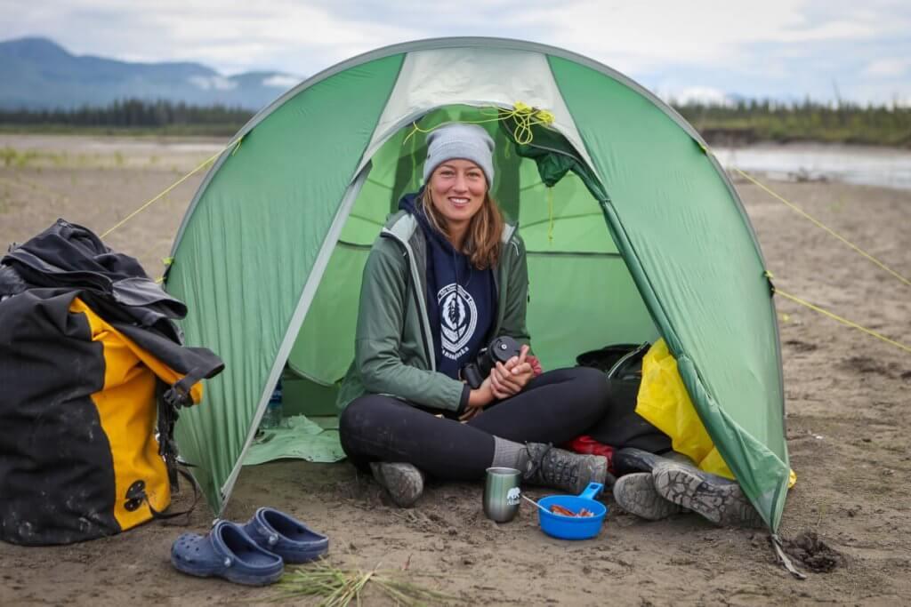 Melissa beim Frühstück vor ihrem Tatonka-Zelt auf einer Sandinsel am Yukon-River.