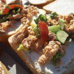 Yukon River Kanutour - Brot belegt mit Fisch, Tomate und Gurke.
