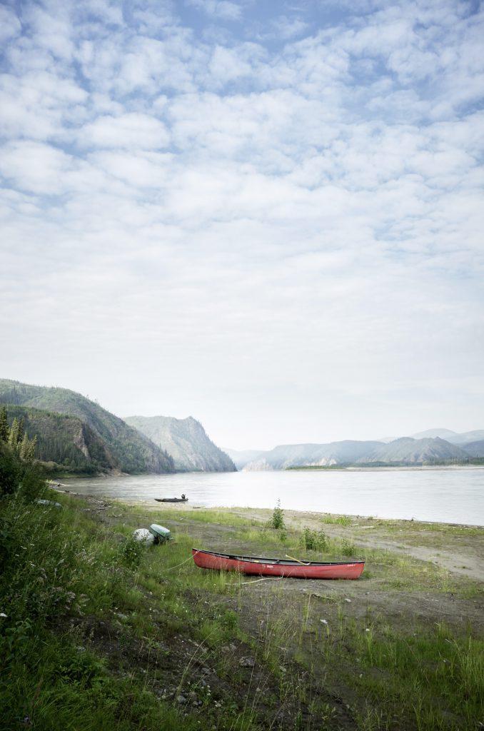 Yukon River Kanutour - Rotes Kanu am Ufer des Yukons.