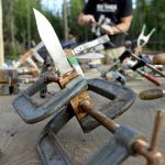 Yukon River Kanutour - Messer mit Birkenrinden-Griff in einer Schraubzwinge.