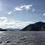 Yukon River Kanutour - Ein Kanu fährt auf dem wilden Fluss der Sonne entgegen.