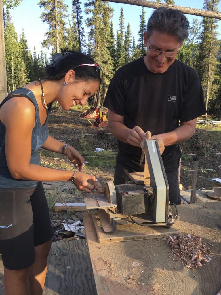 Yukon River Kanutour - Zwei Teilnehmer beim Bauen eines Messers mit Birkenrinden-Griff.