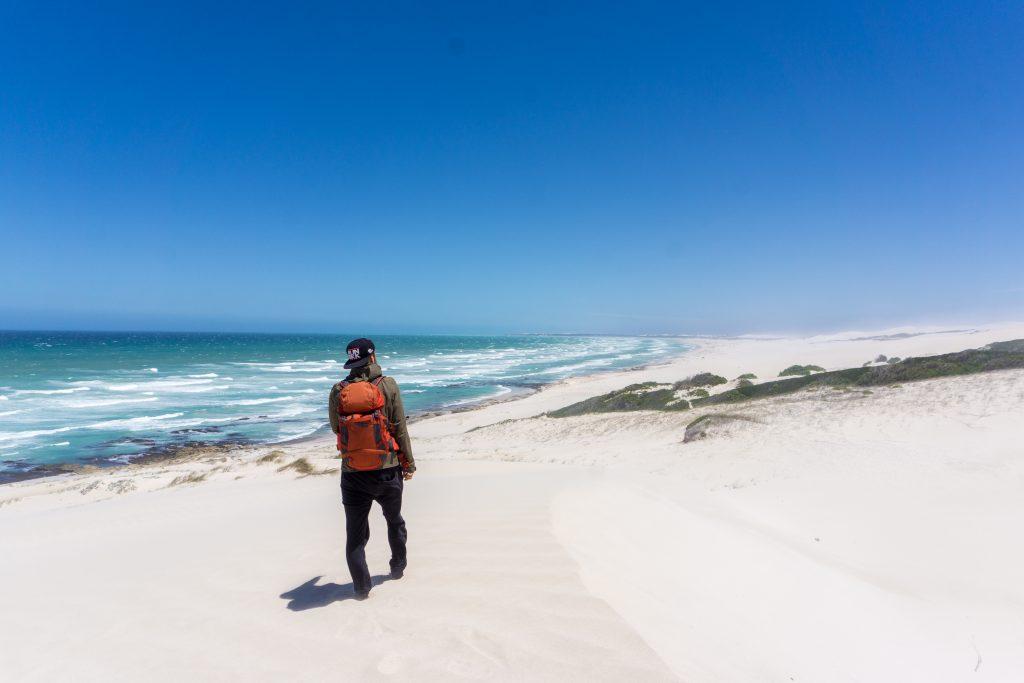 Garden Route Südafrika - Marco an einem schneeweißen Sandstrand im De Hoop Nature Reserve.