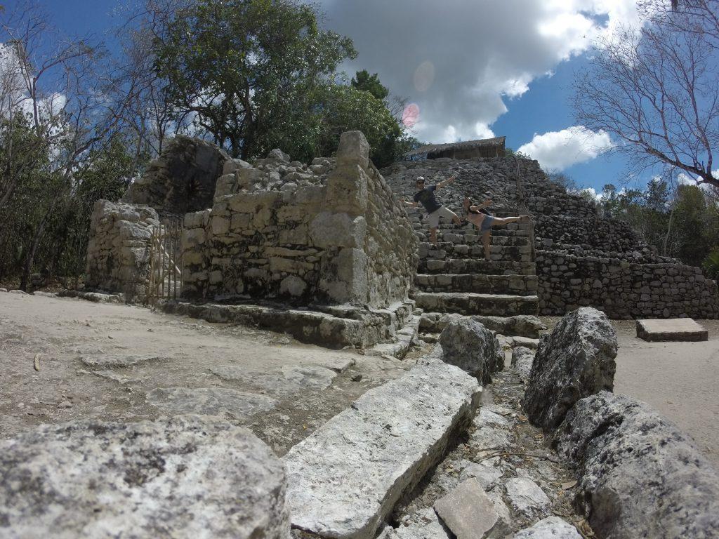 Roadtrip Yucatan - Sophie und Pat posieren auf den Stufen einer Mayaruine in der Ruinenstätte Coba in Mexiko.