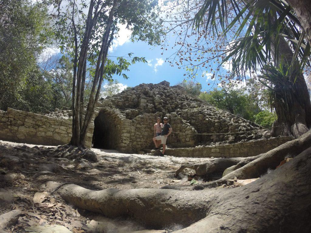 Roadtrip Yucatan - Sophie und Pat stehen vor einer Pyramiden-Ruine der Maya in der Ruinenstätte Coba in Mexiko.