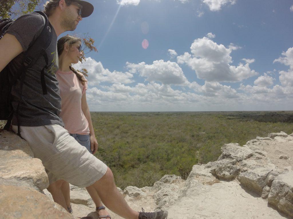 Roadtrip Yucatan - Sophie und Pat blicken von der Nohoch Mul Maya-Pyramide auf den umliegenden Dschungel der Ruinenstätte Coba in Mexiko.