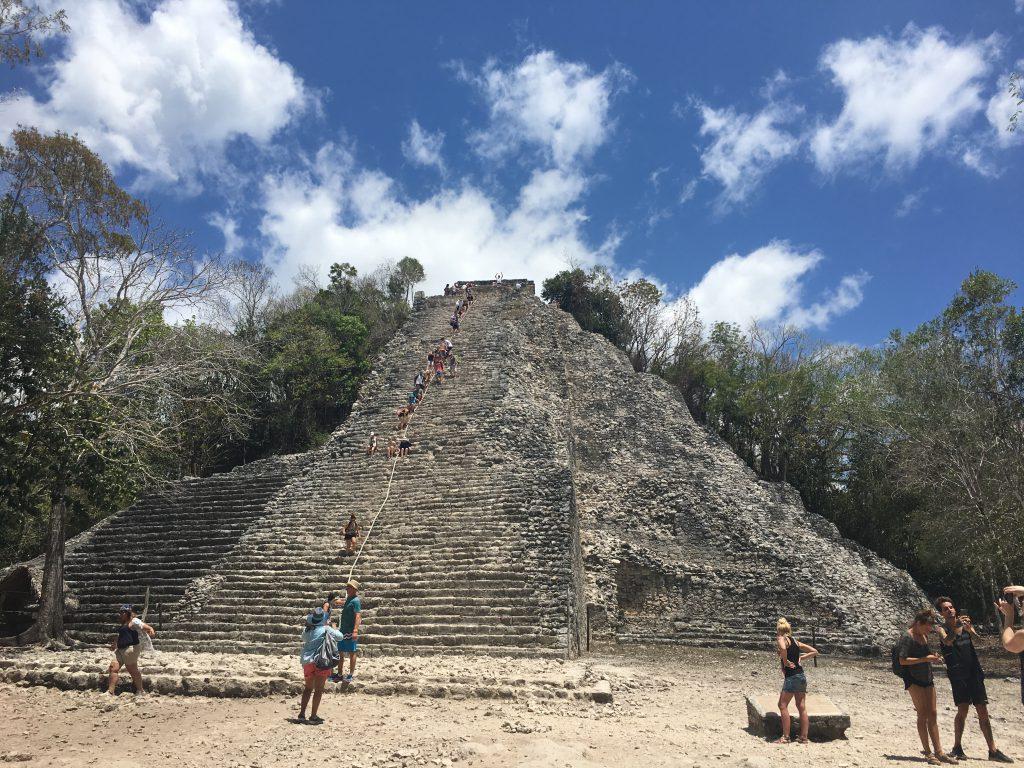 Tatonka Trekkin Crew in Mexiko - Die Nohoch Mul Maya-Pyramide. Auf 120 Treppenstufen geht es 42 Meter nach oben.
