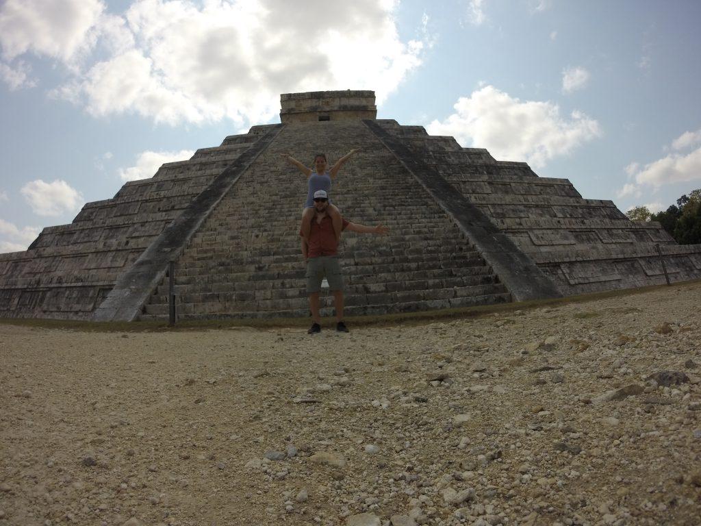 Roadtrip Yucatan - Sophie sitzt vor einer Mayapyramide auf Pats Schultern.