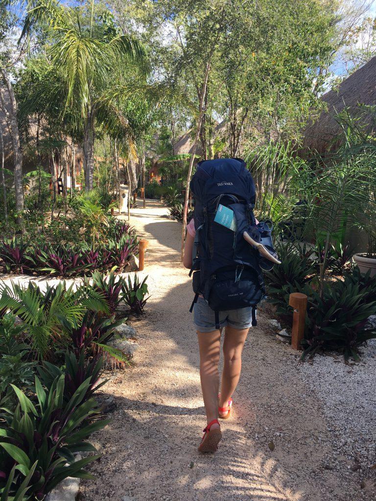Roadtrip Yucatan - Sophie auf dem Weg zu ihrem Hotelzimmer in Tulum, Mexiko. Auf dem Rücken trägt sie ihren Tatonka Yukon Trekkingrucksack.