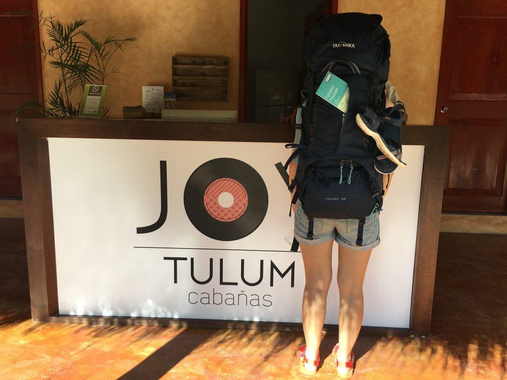 Roadtrip Yucatan - Sophie beim Einchecken im Hotel in Tulum Mexiko