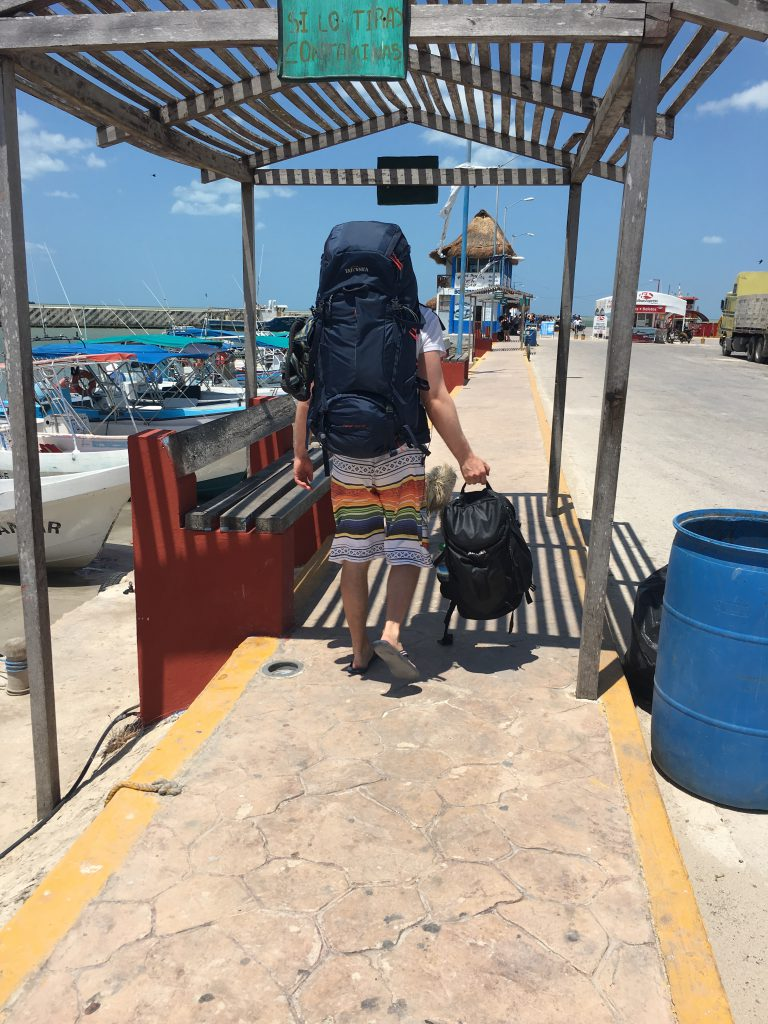 Roadtrip Yucatan - Mit zwei Tatonka Rucksäcken bereitet sich Pat am Hafen auf die Weiterfahrt nach Holbox, Mexiko vor.