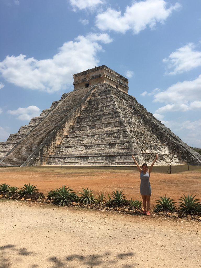 Roadtrip Yucatan - Sophie steht vor einer Maya-Pyramide in der Ruinenstätte Chichen Itza in Mexiko.