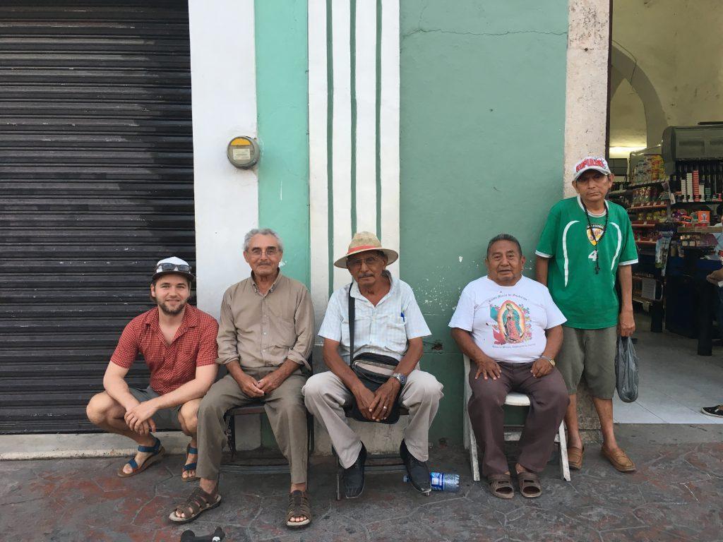 Roadtrip Yucatan - Pat und Einheimische posieren für ein gemeinsames Foto vor einem kleinen Einkaufsgeschäft.