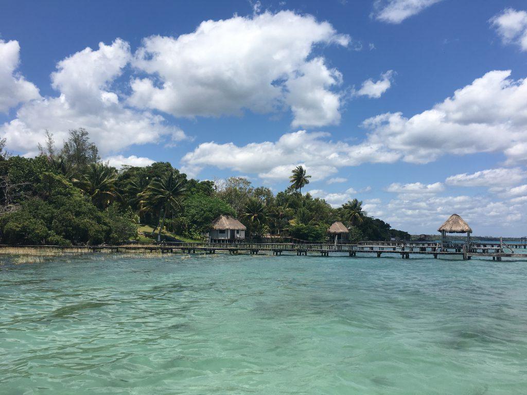 Roadtrip Yucatan - Blick auf die Laguna de Bacalar in Mexiko. Sie wird auch die Lagune der sieben Farben genannt wird.