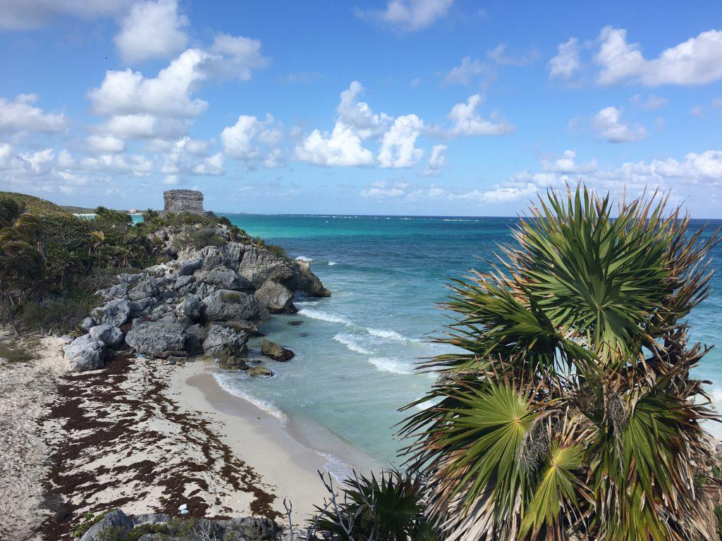 Roadtrip Yucatan - Die Stadt Tulum in Mexiko bietet eine schöne Strandpromenade mit Blick auf das karibische Meer.