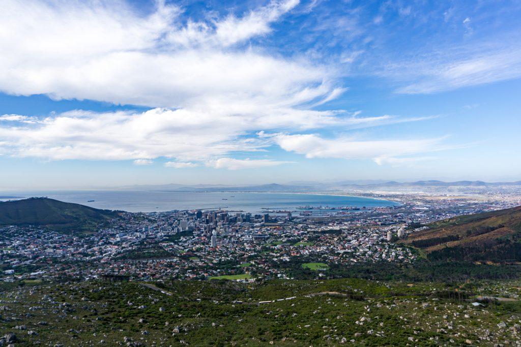 Garden Route Südafrika - Ausblick vom Tafelberg aus auf Kapstadt.