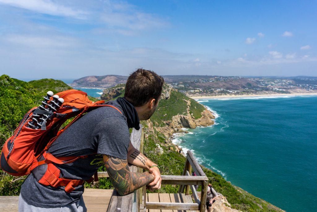 Garden Route Südafrika - Marco genießt den Ausblick auf das Meer vor dem Robberg Nature Reserve.