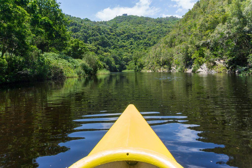 Garden Route Südafrika - Halt Nummer vier für Sara und Marco ist die Stadt Wilderness. Mit dem Kajak geht es über den Fluss Touw.