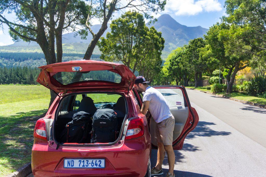 Garden Route Südafrika - Sara und Marco packen ihre beiden Yukon Trekkingrucksäcke in den Mietwagen.