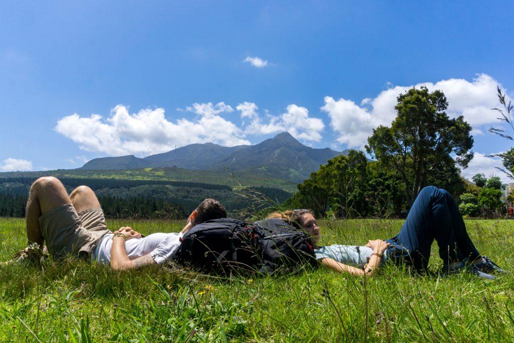Die Garden Route Südafrika - Marco und Sara von der Tatonka Trekkin' Crew liegen im Gras und genießen das sonnige Wetter.