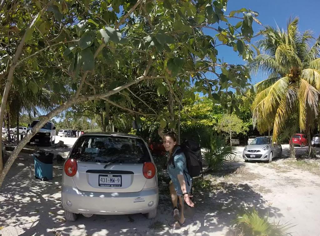 Roadtrip Yucatan - Sophie freut sich, dass ihr Mietwagen schon auf die beiden wartet.