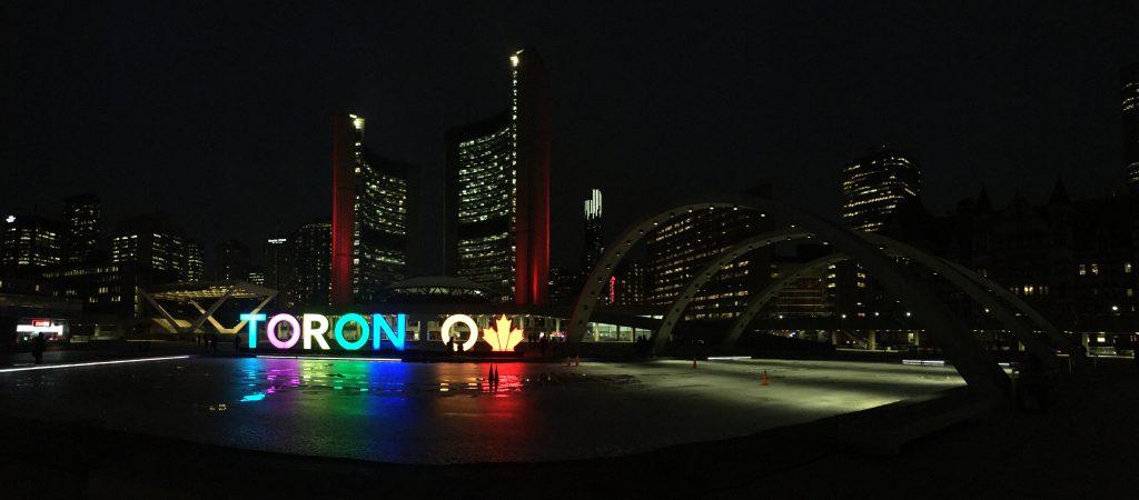 Auf dem Weg zum Roadtrip Yucatan - Die leuchtenden Buchstaben der Stadt Toronto in Kanada. Zwischenstopp auf dem Weg nach Mexiko.