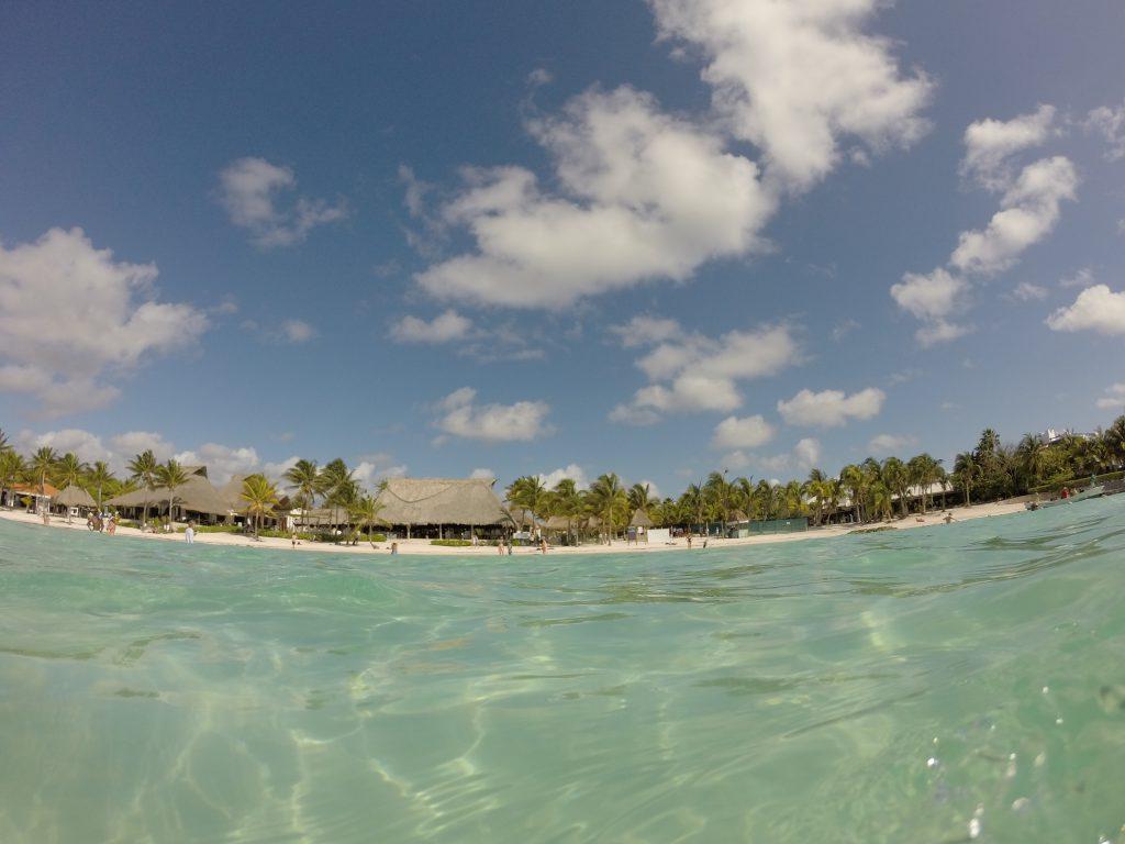 Roadtrip Yucatan - Bild vom Wasser aus in Richtung Strand. Glasklares Meer in Akumal, Mexiko.