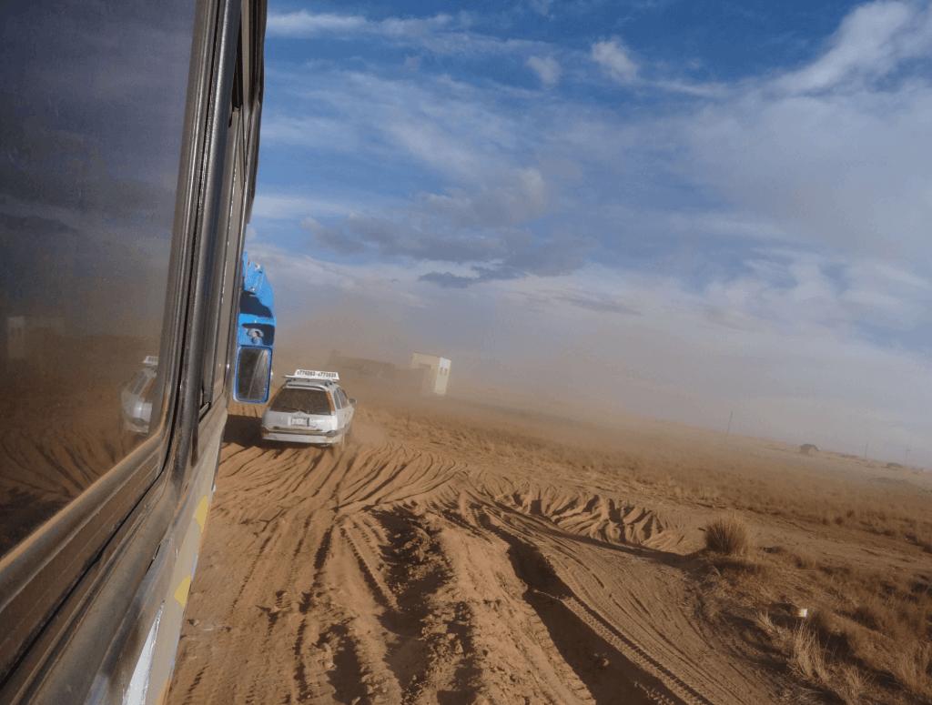 Abseits der Straße fährt der Bus durch den tiefen Sand von Copacabana nach La Paz.